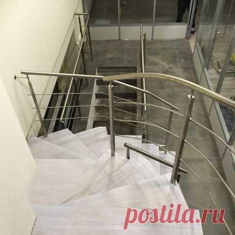 Лестница с каменными ступенями и нержавеющие перила