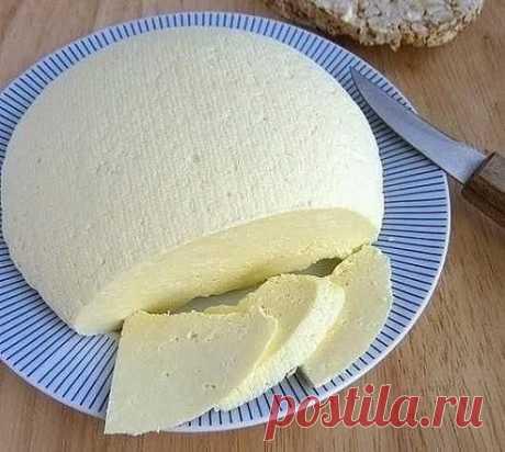 Сыр больше не покупаю в магазине  КАК ПРИГОТОВИТЬ СЫР ДОМА   ИНГРЕДИЕНТЫ: ● 1 литр молока ● 1 ст.л.соли ● 200-300 г. сметаны ● 3 яйца  ПРИГОТОВЛЕНИЕ: Молоко ставим кипятить, посолив его. В это время взбиваем сметану с яйцами. Как молоко закипит, добавляете сметанную смесь и помешивая кипятите около 5 мин. как только масса отделиться от сыворотки, откидываем эту массу на ситечко.(У меня сита металлического не было,использовала марлю). Даем полностью стечь жидкости. Через не...
