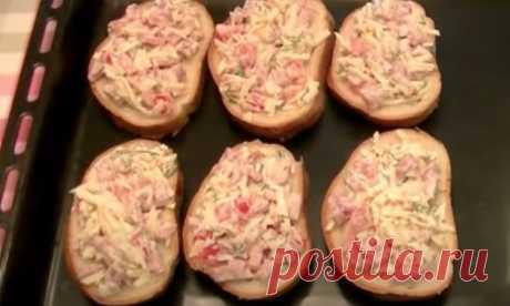 Пиццаброды за 10 минут: сочная начинка на хрустящем батоне