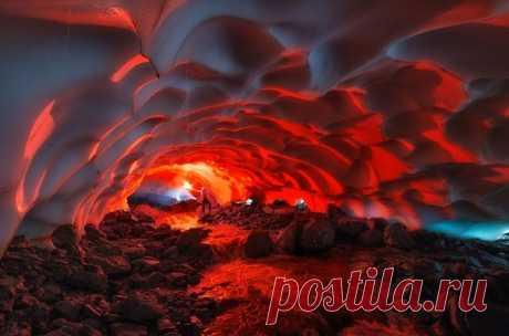 Ледяная пещера на склоне Мутновского вулкана, Камчатка. Автор фото — Андрей Грачев: nat-geo.ru/photo/user/17584/