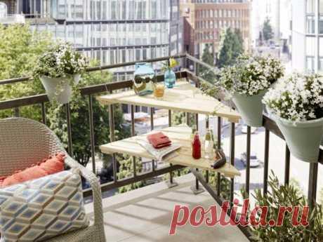 Угловой столик для балкона Благодаря гениальной идеи подвесного монтажа угловой столик может прекрасно расположиться даже на маленьком балконе или лоджии. А Вы получите дополнительное пространство, где можете поставить чашку с ...