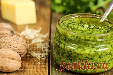 Соус песто из зелени петрушки с орехами - Эфария Предлагаемый соус песто готовится из доступных ингредиентов с минимальными временными затратами. Он имеет яркий цвет и насыщенный вкус, который выгодно дополнит блюда из макарон или мяса, салаты, пиццу. Используемая зелень – обычная петрушка, орехи – грецкие, сыр – лучше пармезан, масло – конечно же, оливковое. Ингредиенты: зелень петрушки – 70 г сыр пармезан – 50
