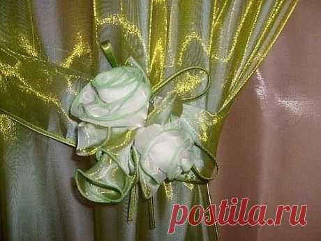 Розы из ткани, как украшение подхвата для штор. Пришейте букет роскошных роз из ткани в качестве украшения на подхват, ламбрекен или на провисший край занавески. Такой букет цветов из ткани не завянет никогда. Мастер класс в картинках: Букет состоит из цветов и бутонов, окруженных несколькими листьями. Розы изготавливают из полос ткани, выкроенных по косой нити и затем собранных в форме витков. Бутоны собираются так же , как цветы, но из более коротких и поплотнее собранны...