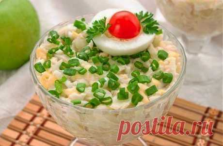 Салат с кальмарами, яйцом и яблоком.