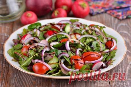 Овощной салат с бальзамическим соусом.  Красивый, сочный и потрясающе вкусный салат с бальзамическим соусом и оливковым маслом. Из овощей берем помидоры черри, редис, красный репчатый лук, огурец и салатный микс. Такой салатик станет отличным дополнением к мясным или рыбным основным блюдам.