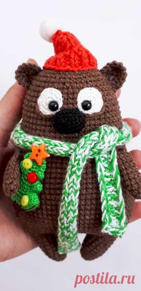 PDF Мишка с ёлкой крючком. FREE crochet pattern; Аmigurumi doll patterns. Амигуруми схемы и описания на русском. Вязаные игрушки и поделки своими руками #amimore - новый год, новогодний медведь, медвежонок, плюшевый мишка.