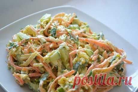 Салат «Лисичка» Ингредиенты: 2 филе куриной грудки 3 маринованных огурца 200 гр корейской моркови 200 гр сыра 2 зубчика чеснока Майонез Зелень Сперва филе отвариваем в подсоленной воде, затем нарезаем полосочками (или разбираем руками на волокна). Затем огурцы также нарезаем полосочками, сыр на крупной терке. Смешиваем филе, сыр, огурцы и морковь, добавляем выдавленный через пресс чеснок и заправляем майонезом. Приятного аппетита!