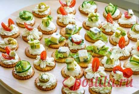 Долой тарталетки: 5 салатов, которые можно подать на крекерах к новогоднему столу 2021 Меню для новогоднего стола – микс ярких, вкусных и необычных блюд, которые красиво смотрятся на столе, не требуют много времени и сил для готовки. Красиво и модно закуски смотрятся на хрустящих крекерах.
