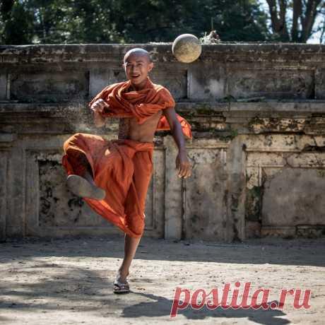 Бирманский монах играет в футбол. Фотограф – Максим Логунов: nat-geo.ru/community/user/209101/. Энергичного утра!