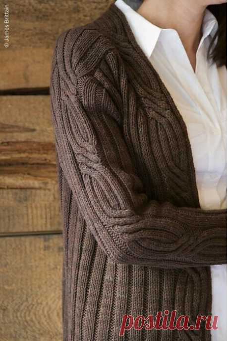 Кардиган красивого глубокого шоколадного цвета с замысловатыми переплетениями на основе резинки.