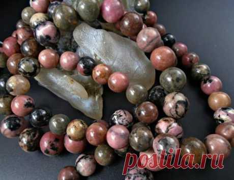 Камень родонит: свойства, кому подходит по знаку зодиака, фото минерала | Всё про амулеты | Яндекс Дзен