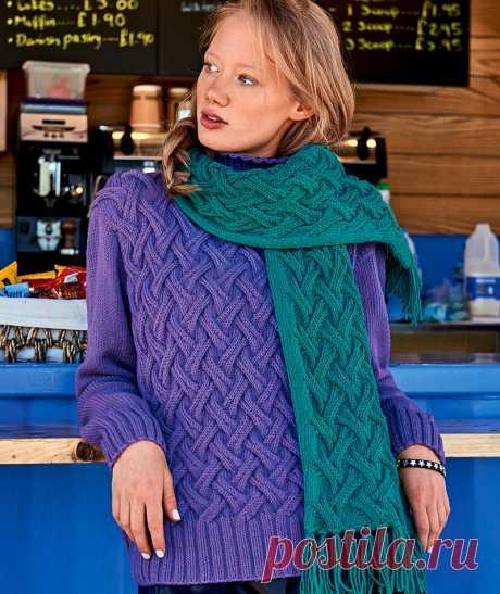 Свитер и шарф с плетеным узором (Вязание спицами) Цветовые вариации классической «плетенки»: фиолетовый свитер с изумрудно‑зеленым шарфом такой же насыщенности — сногсшибательно яркий контраст! РАЗМЕРЫ 34/36 (38/40) 42/44 Шарф: 20 x 130 cм (без ба…