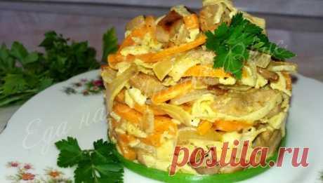 Салат «Мао Цзэдун» с курицей – простой и вкусный!   Еда на любой вкус Готовим вкусный салат с курицей, морковью и яичными блинчиками. Всего пару ингредиентов и сытный салат к любому празднику готов! Приготовление легкое и достаточно быстрое. Такой салат обязательно понравится вашим гостям! Если интересуетесь, какие салаты можно приготовить на новый годи или день рождения, то не проходите мимо. Поможет вам в приготовлении пошаговый рецепт с фото и коротким видео: