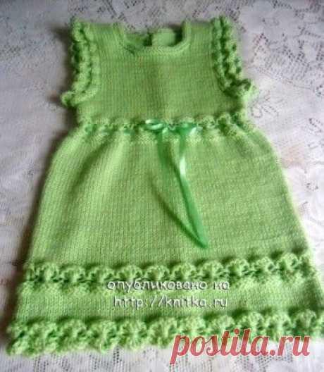 El vestido tejido para la muchacha – el trabajo de Julia, la Labor de punto para los niños