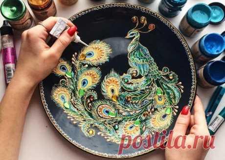 Завораживающие рисунки от мастерицы из Пензы Российская художница Дарья, известная под ником dahhhanart, создает невероятной красоты предметы декора.Настенные тарелки и циферблаты она украшает точечными рисунками. Отчасти ее работы напоминают х…