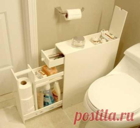 El armario para el cuarto de baño por las manos