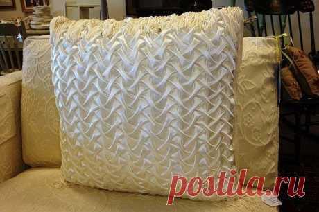 Декоративная подушка с невероятными переплетениями