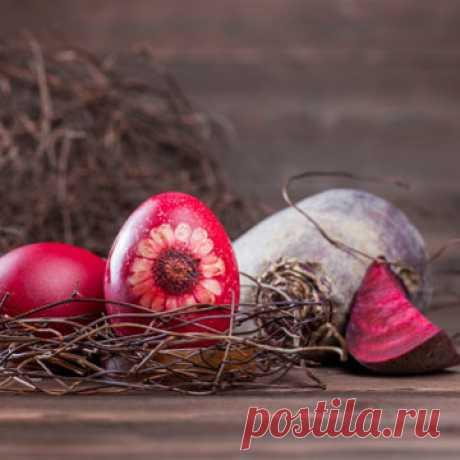 Как красить яйца на Пасху  Многие знают, как красить яйца на Пасху луковой шелухой, но есть намного больше рецептов, как окрасить яйца в различные цвета