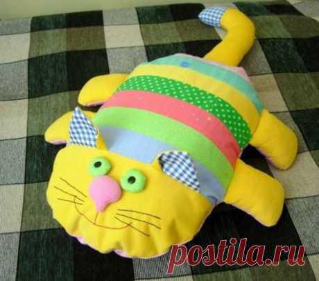 «Подушка в виде полосатого кота.» — карточка пользователя Оксана Г. в Яндекс.Коллекциях