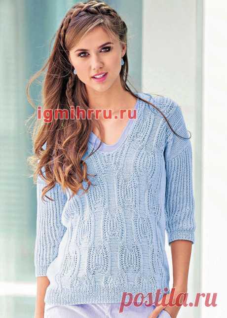 Голубой хлопковый пуловер с фантазийным узором. Вязание спицами со схемами и описанием
