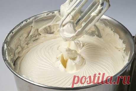 Крем делается так просто и быстро, а получается такой вкусный! Ингредиенты: - Масло сливочное — 250 г (комнатной температуры) - Сахарная пудра — 200 г - Молоко — 100 мл (можно добавить 150 грамм, можно и 200) - Ванилин — 1 пакет. Приготовление: 1. Молоко вскипятить и остудить до комнатной температуры. 2. Все компоненты соединить. 3. Взбивать миксером до тех пор, пока масса не станет однородной, перламутрового цвета. Примерно 3-5 минут. (Иногда только после 5 минуты крем начинает в