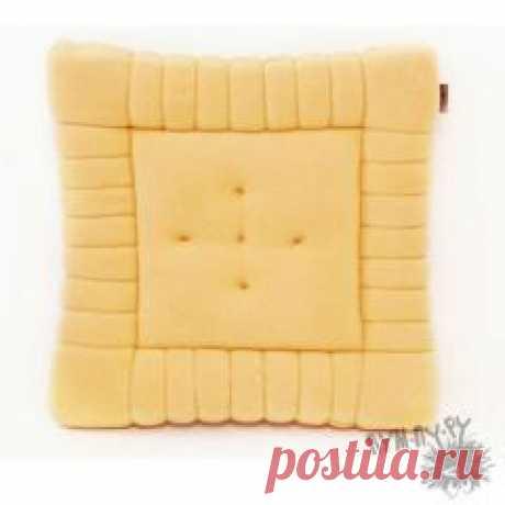 Подушку-печенюшку удобно положить под голову или на стул