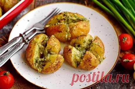 Запеченный картофель с сыром и чесноком Запеченный картофель с сыром и чесноком Посмотри рецепты с фото. Приготовление блюд из теста, домашние рецепты, классические рецепты есть у нас. Также можно найти рецепты в духовке, рецепты с фото пошагово и другие.