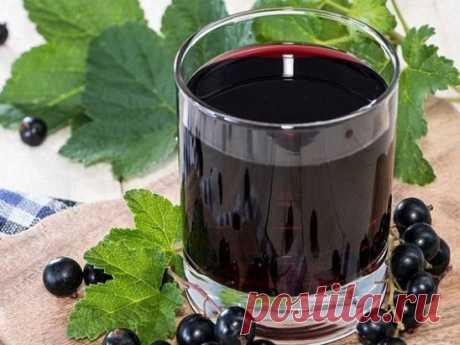 Домашнее вино из черной смородины.  Ингредиенты:  10 кг ягодок черной смородины,  5-6 кг песка сахарного,  15 литров воды.  Приготовление:  Прежде чем сделать вино из смородины, ягодки внимательно перебираются, удаляя из общей массы недоспевшие и подгнившие плоды. Мыть отобранную смородину не надо, так как естественные дрожжи в них находятся на поверхности.  Ягоды сильно разминаются руками или при помо