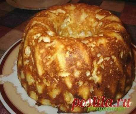 Творожно-яблочная запеканка Очень нежная, с яблочным вкусом и тает во рту. Ингредиенты: 5 столовых ложек сахара 3 яблока соль 4 яйца 125 грамм манной крупы чайной ложки ванилина 500 грамм творога цедра лимона чайной ложки соды Приготовление: Яблоки очищаем от кожуры и нарезаем дольками. Желтки взбиваем с сахаром, лимонной цедрой и ванилином. Потом добавляем соду, соль, манную крупу, творог и все хорошо смешиваем. Взбиваем белки и тоже добавляем в получившуюся массу. Затем добавляем яблоки и пере