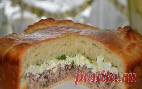 Рыбный пирог с молодым зелёным луком и яйцом