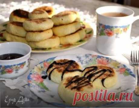 Нежные, ароматные, творожные, в меру сладкие! Эти сырники достойны стать Вашим уютным, домашним завтраком! За идею спасибо Алла 1976.
