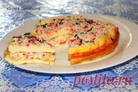 Закусочный тортик с крабовыми палочками.   СОСТАВ: Яйцо куриное — 8 шт Майонез — 150 гр Крабовые палочки — 250 гр Сыр твёрдый — 100 гр Лук репчатый — 1 шт Зелень Соль,перец.