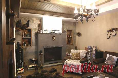 Интерьер частного жилого дома. Зона шале. Гостиная с камином.
