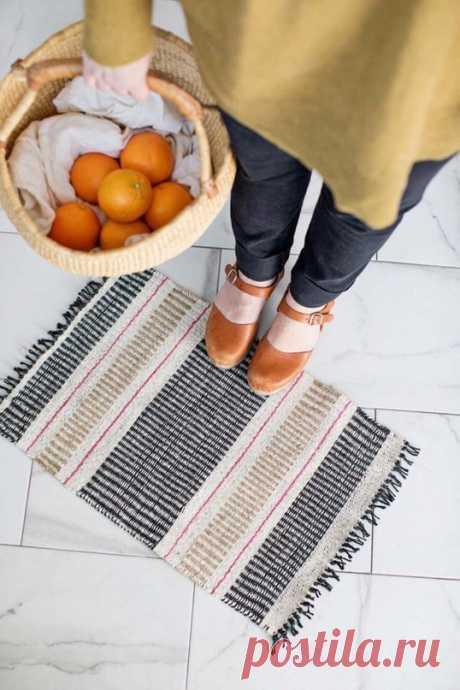 El tapiz pequeño dzhutovyy por las manos
