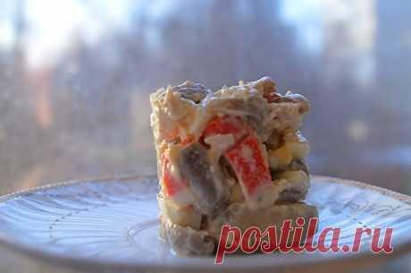 Салат «Сета-Де-Поло».  Этот вкусный, необыкновенный салат. Великолепное сочетание не сочетаемого  Ингредиенты: — копченая кур.грудка 1 шт— крабовые палочки 540 гр— консервированная кукуруза 1 банка— яйца отварные 8 шт— маринованные грибы опята 1 банка— майонез 400 г— зеленый лук 8 шт— соль перец …