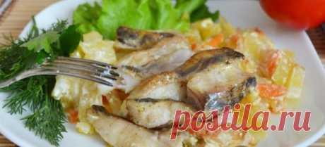 Скумбрия в сметане в мультиварке! Мультиварка и простые рецепты для мультиварки  Ингредиенты: скумбрия – 3 шт.; сметана – 250 г; вода или бульон – 200 мл; морковь – 2 шт.; лук – 1 шт.; соль, перец. Приготовление: Скумбрию подготавливают, разрезают на порции. Очищают и нарезают овощи, укладывают слоями с рыбой в чашу. Смешивают сметану с водой, приправляют по вкусу, выливают к рыбе с овощами. Включают режим «Выпечка» Через 40 минут скумбрия в мультиварке будет готова.