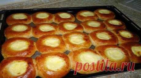 Домашние ватрушки с творогом  Ватрушки с творогом - прекрасная домашняя выпечка, знакомая нам с детства. Я люблю, чтобы тесто для ватрушек было сдобным, а начинка - сладкой. По этому рецепту творожные ватрушки получаются очень вкусными, пышными и ароматными.  Ингредиенты:  Для теста: 1 яйцо; 2 ст. л. сахара; 1/2 пакетика ванильного сахара; 1/4 ч. л. соли; 250 мл молока; 500-550 г муки; 1 ст. л. сухих дрожжей; 80 г сливочного масла.  Для начинки: 500 г творога; 2-3 ст. л. с...