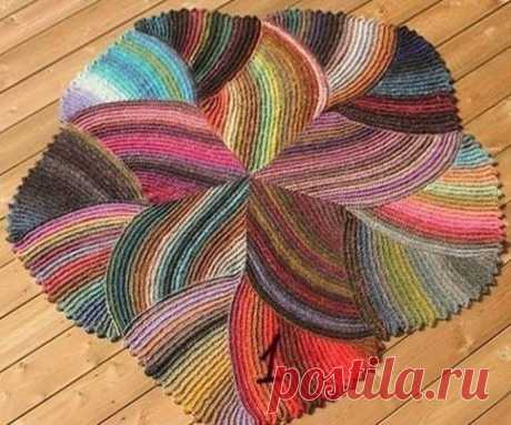 Необычный яркий коврик.Если у Вас много остатков ниток, то Вы можете связать красивый коврик.