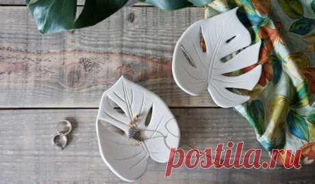 Своими руками: Тарелка в форме листа монстеры Эту простую поделку из глины можно использовать как подставку для мелочей, поднос для хранения ключей или украшений