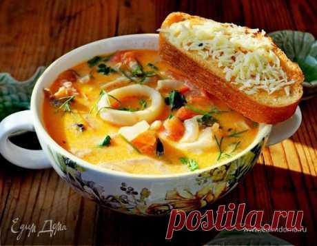 Сливочный суп с морепродуктами, томатами и пармезановыми гренками.