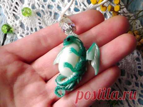 Подарок своими руками из полимерной глины: Кулон «Изумрудный дракончик»