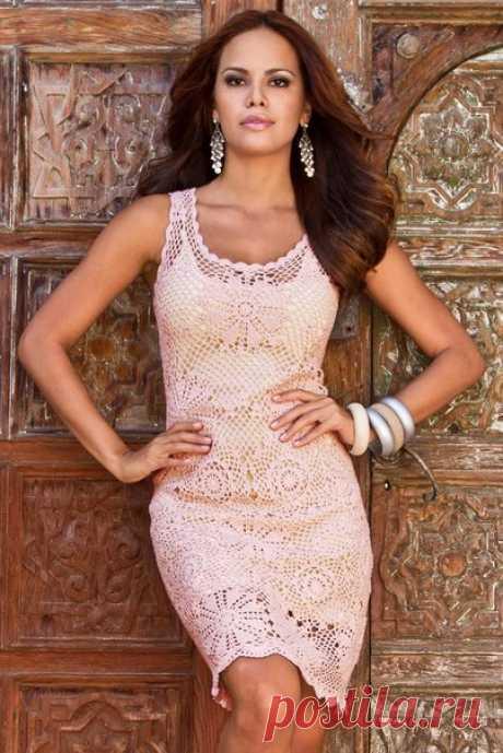 очень красивое и изящное, связанное крючком ажурное платье