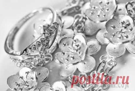 Действенные советы о том, как легко очистить серебро от черноты в домашних условиях Серебро, пожалуй, самый распространённый материал среди всех металлов, используемых для изготовления ювелирных изделий. Помимо украшений, из него делают столовые приборы и другую посуду. Такая широкая...