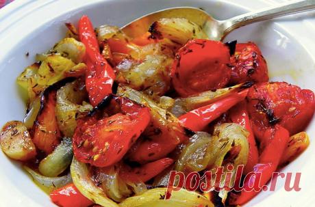 Овощи, запечённые в маринаде. Получаются они просто божественно вкусными. И всегда съедаются полностью, сколько бы вы их не приготовили. Овощи в духовке сами по себе вкусные, но с нашим маринадом они получаются потрясающими.  Ингредиенты: 1 болгарский перец 1 кабачок 1 баклажан 1 луковица 3 зубчика чеснока 1 столовая ложка уксуса 9% 2 столовые ложки соевого соуса 4 столовые ложки растительного масла  Приготовление: Чеснок очищаем и выдавливаем в миску через пресс. Туда же ...
