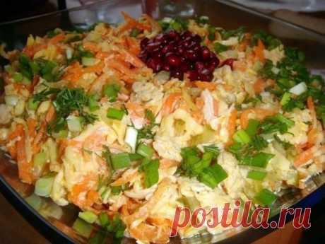 """Салат """"Лисичка""""  Простой, но очень нежный и вкусный салат  Ингредиенты: -2 филе куриной грудки -3 маринованных огурца -200гр. корейской моркови -200гр. сыра -2 зубчика чеснока -майонез -зелень.  Приготовление: 1. Филе отвариваем в подсоленной воде,затем нарезаем полосочками (или разбираем руками на волокна). 2. Огурцы также нарезаем полосочками,сыр на крупной терке. 3. Смешиваем филе.сыр,огурцы и морковь,добавляем выдавленный через пресс чеснок и заправляем майонезом."""