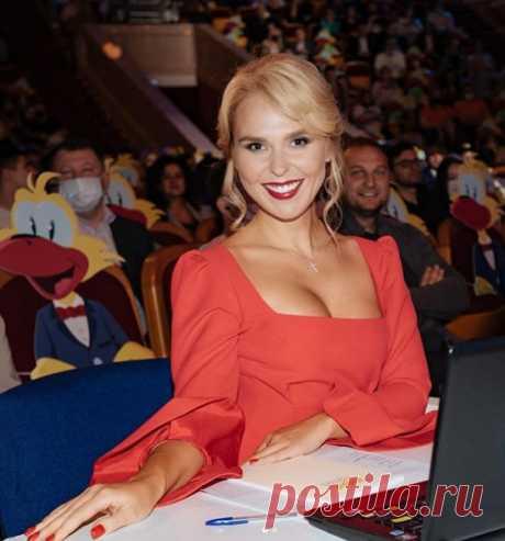 Пелагея в платье с глубоким декольте и лучезарной улыбкой