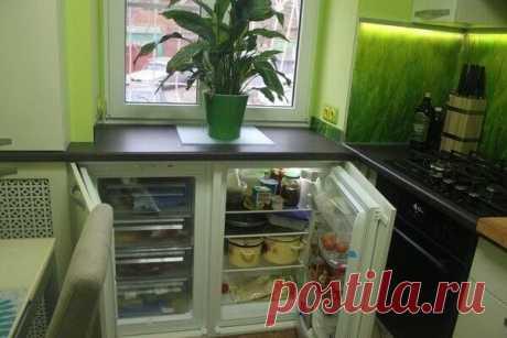 Сделали полноценный холодильник вместо хрущевского Довольно неожиданно! Полноценный холодильник вместо хрущевского, сервант в шкафу у батареи — все это в кухне 5.9 кв.м. Как вам такое решение?