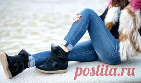 Обувь сникерсы женские - с чем носить и что это такое. Каждой женщине необходима хотя бы одна пара по-настоящему удобной обуви. Среди всего разнообразия выделяется обувь с вкусным названием «сникерсы». Это комфортная обувь на гибкой подошве. Свое название она получила от слова sneak up, что по-английски означает «красться» – качество подошвы этой обуви гарантировало бесшумный шаг. Женские кроссовки-сникерсы – это стильный и модный вариант повседневной обуви.