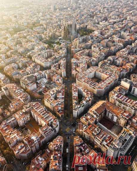 Захватывающие фотографии Мартона Модьёроши, демонстрирующие архитектурную симметрию Барселоны