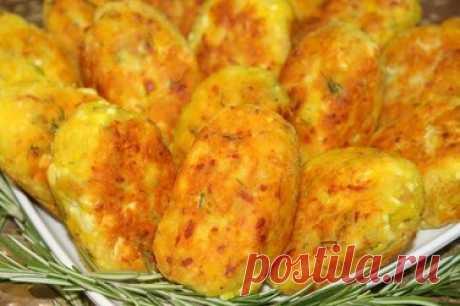 Пирожки за считанные минуты Домашняя. Ингредиенты. картофельное пюре 400 гр. творог 300 гр. мука 1,5-2 ст. яйца 2 шт. зелень. колбаса. куркума и сода по 1 ч.л. соль. Пошаговый рецепт приготовления. Картофель разомните, добавьте нарезанную зелень, натертую колбасу. Добавьте творог, куркуму и соду. Влейте яйца и добавьте муку. Замесите тесто мягкой, сформируйте небольшие зразы, обваляйте в муке. Обжарьте на растительном масле с обеих сторон. Видео рецепт. Эмили. 27 января 20...
